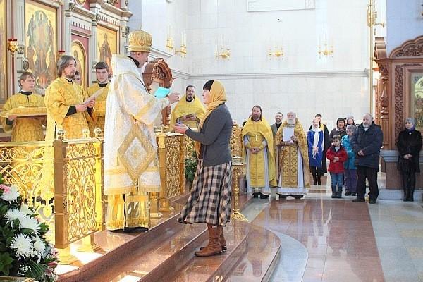 Митрополит Игнатий вручает диплом Н. А. Журавлёвой
